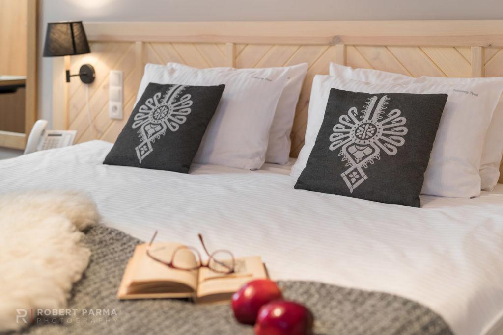 Zdjęcie łóżka w hotelowym apartamencie